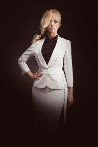 weißes Kostüm massgeschneidert